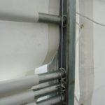 vjezdové vrata se pohybují vertikálně v kolejnicích - ocelovým lankem pomocí navijáku