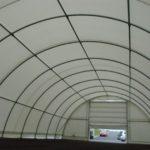Oblouková plachtová hala MONTCOM 3040. Montovaná hala má ocelovou konstrukcí v pozinku a PVC technickou textilii. Plachtové obloukové haly máme skladem